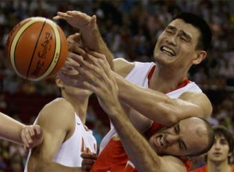 A codazos con el ex-NBA Yao Min