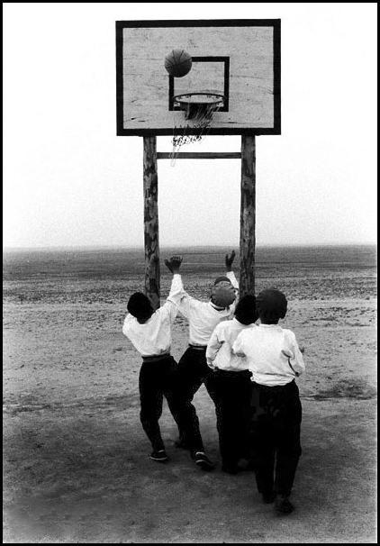 Niños jubando a basket en Mongolia. 1979. Por www.pacoelvira.com
